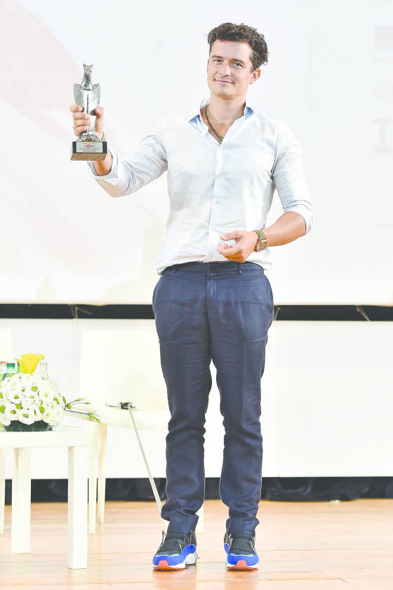 Actor Orlando Bloom poses with Giffoni Experience Award during Giffoni Film Festival 2015 - Day 9 on July 25, 2015 in Giffoni Valle Piana, Italy.